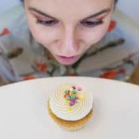 gratisography-woman-cupcake